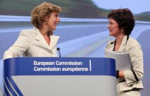 Connie Hedegaard, Member of the EC in charge of Climate Action, gave a press conference put forward proposals to implement targets that will further considerably reduce carbon dioxide (CO2) emissions from new cars and light commercial vehicles (vans) by 2020. The proposals will cut average emissions from new cars to 95 grams of CO2 per km (gr CO2/km) in 2020, from 135.7gr in 2011 and a mandatory target of 130gr in 2015. Emissions from vans will be reduced to 147gr CO2/km in 2020 from 181.4gr in 2010 (the latest year for which figures are available) and a mandatory target of 175gr in 2017. Monique Goyens, Director General of the European Consumers' Organisation (BEUC), on the right, and Connie Hedegaard, (11/07/2012).