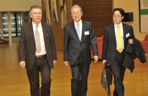 Bark Taeho, South Korean Minister for Trade, in the centre, and Karel De Gucht, Member of the EC in charge of Trade, on the left, heading for the first meeting of the EU-South Korea Trade Committee.