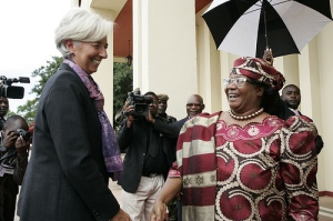 International Monetary Fund's Managing Director Christine Lagarde (L) enjoys a visit in Malawi, meeting the colourfully dressed President of the country Joyce Banda (R) in Malawi, Jan. 4, 2013. (IMF picture library).