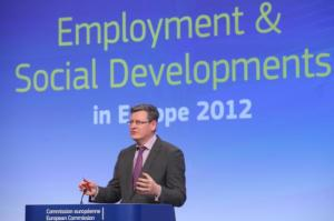 """Press conference by László Andor, Member of the EC, on the report """"Employment and Social Developments in Europe 2012"""". (EC Audiovisual Services)."""