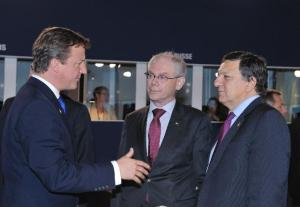 Discussion between David Cameron, British Prime Minister, on the left, José Manuel Barroso, President of the EC, on the right and Herman van Rompuy, President of the European Council. (EU Audiovisual Services). Seemingly the two EU dignitaries are not impressed from what they hear. They seem rather sceptical.