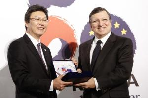 José Manuel Barroso, President of the EC on the right, and Kim Jong-Hoon, Member of the South Korean National Assembly, participated in the public lecture to commemorate 50 years of EU/South Korea diplomatic relations, (21/02/2013). EC Audiovisual Services).