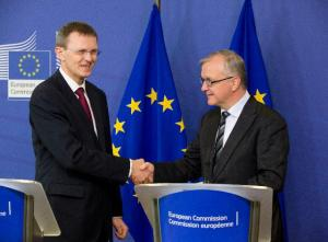 Olli Rehn, Vice-President of the EC in charge of Economic and Monetary Affairs and the Euro (on the left), received Andris Vilks, Latvian Minister for Finance. (EC Audiovisual Services).