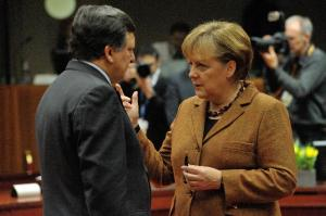 Discussion between Angela Merkel, German Federal Chancellor, on the right, and José Manuel Barroso, President of the EC. (EC Audiovisual Services).