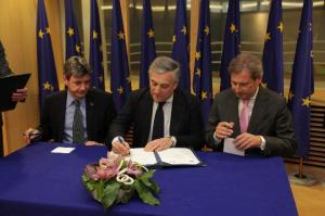 Signing ceremony of the Memorandum of Understanding to finance the key enabling technologies: Philippe de Fontaine, Vice-President of the European Investment Bank, Antonio Tajani, Vice-President of the EC in charge of Industry and Entrepreneurship and Johannes Hahn, Member of the EC in charge of Regional Policy (from left to right). (EC Audiovisual Services, 27/02/2013).