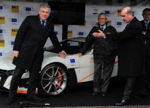 Antonio Tajani, Sebastián Salvadó, President of the RACC, and Carles Grasas, CEO of Applus+ IDIADA, posing in front of Volar-e (from left to right)(EC Audiovisual Services)
