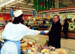 A European Commission dignitary visited a supermarket in Kraainem, Belgium. (EC Audiovisual Services).