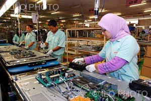 Workers of PT Toshiba Consumer Products Ind. Assembling and manufacturing of electronic goods, such as television sets. Cikarang, Bekasi. Indonesia.  (ILO photographic library, Mirza A.).