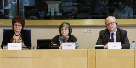 """European Parliament ECON Committee Press Conference on Economic governance """"two pack"""" with European commissioner Ollie Rehn, in charge of Economic and monetary affairs and the Euro. (from left to right) Sharon Bowles (ALDE, UK), Chair ECON • Elisa Ferreira (S&D, PT) and Ollie Rehn. (European Parliament photographic library)."""