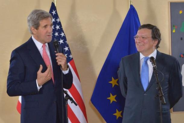 José Manuel Barroso, President of the European Commission, received John Kerry, US Secretary of State. Some 30 trainees of the EC joined them for an informal chat on the transatlantic alliance. (EC Audiovisual Services).