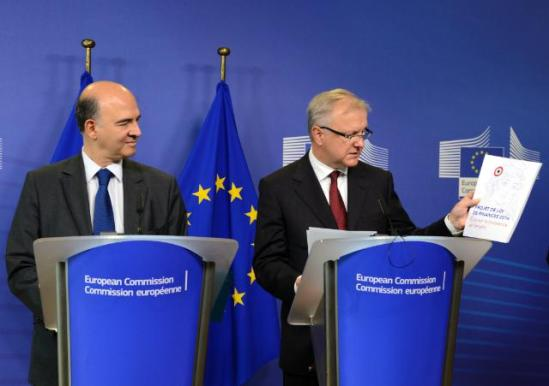 """Olli Rehn, Vice-President of the EC in charge of Economic and Monetary Affairs and the Euro, on the right, received Pierre Moscovici, French Minister for Economy and Finances. The latter notably gave to Olli Rehn the """"Projet de Loi de Finances 2014 – France, cap sur la croissance et l'emploi"""". (EC Audiovisual Services, 26/09/2013)."""