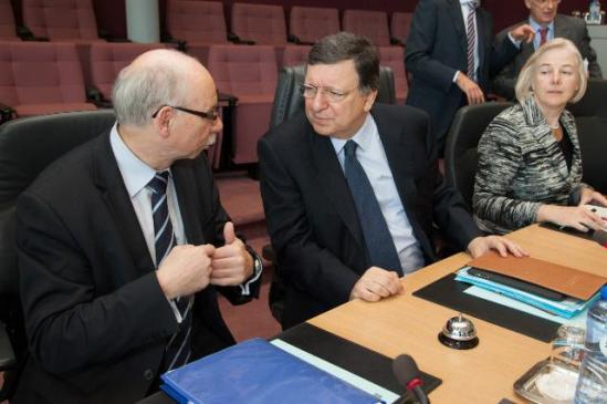 Discussion between José Manuel Barroso, President of the European Commission on the right, and Janusz Lewandowski, member of the EC in charge of Financial Programming and Budget, on the left, in the presence of Catherine Day, Secretary General of the EC. (EC Audiovisual Services)