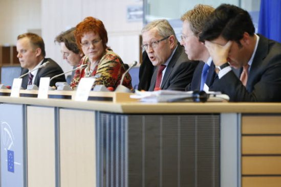 Klaus Regling, Managing Director of the European Stability Mechanism (third from right), speaks at the Committee on Economic and Monetary Affairs (ECON) of the European Parliament. Sharon Bowles (third from left), in the chair of ECON Committee. (European Parliament Audiovisual Services, 24/09/2013).