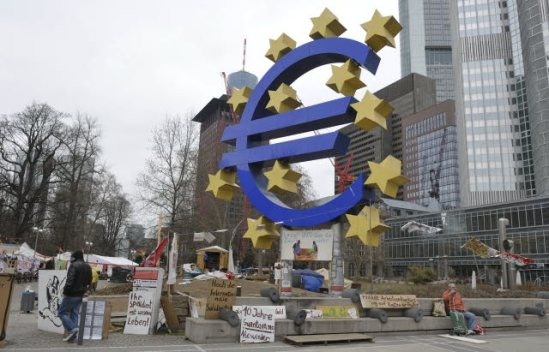 The Financial District in Frankfurt am Main. The Euro sign stands in front of the European Central Bank. (EP Audiovisual Services).