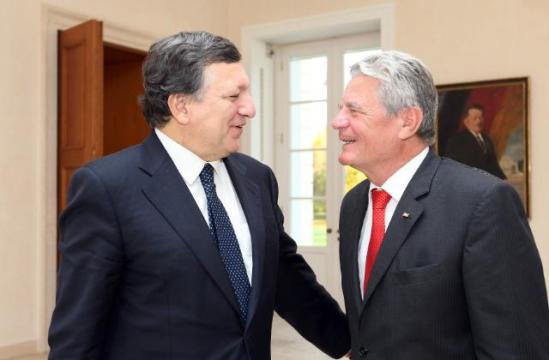 José Manuel Barroso, European Commission President on the left, and German Federal President Joachim Gauck, on the right, at Bellevue Palace. (EC Audiovisual Services, 21/10/2013).