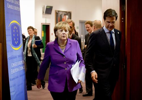 Angela Merkel, German Federal Chancellor and Mark Rutte, Dutch Prime Minister arriving together at the European Council meeting room yesterday. (Council of the European Union Photographic Library, 25/10/2013).