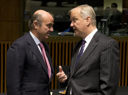 French minister of Finance Pierre Moscovici (on the left) and Olli Rehn, Vice-President of the European Commission responsible for economic and monetary affairs, meeting at the Ecofin Council of 15/10/2013. (The Council of the European Union, Photographic Library).