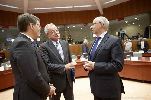 From left to right: Algimantas Rimkunas, Lithuanian Deputy Minister for Finance representing the Council Presidency, Alain Lamassoure, Member of the European Parliament Chair of Budgets Committee, Janusz Lewandowski, Member of the European Commission, responsible for budget. (Council of the European Union, 11/11/2013).