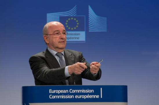 Press conference by Joaquín Almunia, Vice President of the EC in charge of Competition on cartel decisions. Almunia shows with both his hands how he fought the beasts of cartel. (EC Audiovisual Services, 4/12/2013).
