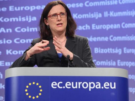 Press conference by Cecilia Malmström, Member of the European Commission in charge of Home Affairs, on the evaluation of the Data Retention Directive. She probably uses both hands to show us where the data for our communications are stored and await 'exploitation'. (EC Audiovisual Services).