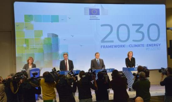 Joint Press conference by José Manuel Barroso, President of the European Commission (second from right), Günther Oettinger (second from left) and Connie Hedegaard (first from right), members of the EC, on the launch of the EU framework on Climate and Energy for 2030, in the presence of Pia Ahrenkilde-Hansen, Spokesperson of the EC. (EC Audiovisual Services, 22/1/2014).