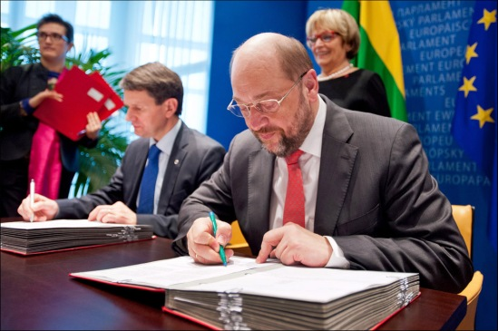 European Parliament President Martin Schulz (in the forefront) signs Erasmus+ into law. The revamped education programme will enable more than four million people to study abroad over the next seven years. (EP Audiovisual Services, 07-01-2014).