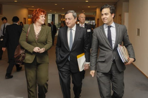 European Parliament. Committee on Economic and Monetary Affairs (ECON) Meeting: Hearing of Mario Draghi as European Central Bank President. Sharon Bowles (ALDE, UK), ECON Committee Chair (on the left), Mario Draghi and Zalba Bidegain (EPP, ES) (on the right), walking to the meeting room. (EP Audiovisual Services, 16/12/2013).