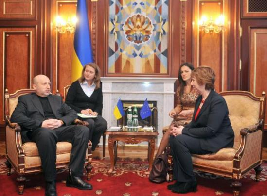 Yesterday, Catherine Ashton (on the right), High Representative of the Union for Foreign Affairs and Security Policy and Vice-President of the EC, went to Kiev where she paid tribute to the victims at the symbolic place of the protest movement EuroMaidan, Institutska Street. The Vice-President then met with acting Members of the new government, led by Oleksandr Turchynov (on the left), President ad interim of Ukraine. (EC Audiovisual Service, 24/2/2014).