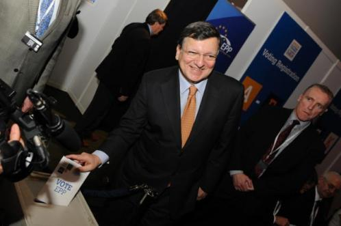 José Manuel Barroso, in the centre, casting his ballot for the 2014 elections of the candidate of the EPP for the function of next President of the EC