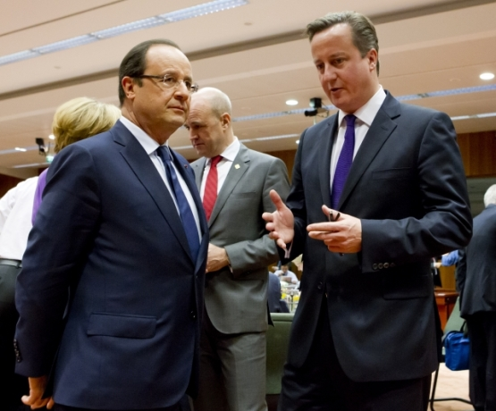 UK Prime Minister David Cameron and French President François Hollande (from right to left). The British PM doesn't seem to have convinced the French leader, who has obviously lost interest in the discussion and looks the other way for a chance to escape the English narrative. (European Council – Council of the EU Newsroom).