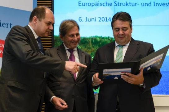 Johannes Hahn, Member of the European Commission in charge of Regional Policy, went to Berlin to participate in a conference on the 'Partnership Agreement' with Germany on using EU Structural and Investment Funds for growth and jobs in 2014-2020. The other participants of the event included Sigmar Gabriel, German Federal Minister for Economic Affairs and Energy (on the right), and Christian Schmidt, German Federal Minister for Food and Agriculture (on the left). (EC Audiovisual Services, 06/06/2014).