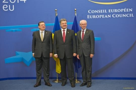 European Council - June 2014. From left to right: José Manuel Barroso, President of the European Commission, Ukrainian President Petro Poroshenko, Herman Van Rompuy, President of the European Council. (European Council – Council of the European Union photographic library, Shoot date: 27/06/2014).