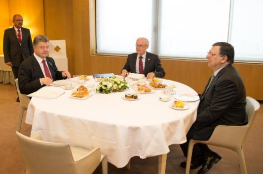 Petro Poroshenko, President of Ukraine, Herman van Rompuy, President of the European Canuncil, José Manuel Barroso President of the Commission (seated, from left to right). (EC Audiovisual Services, 27/06/2014).