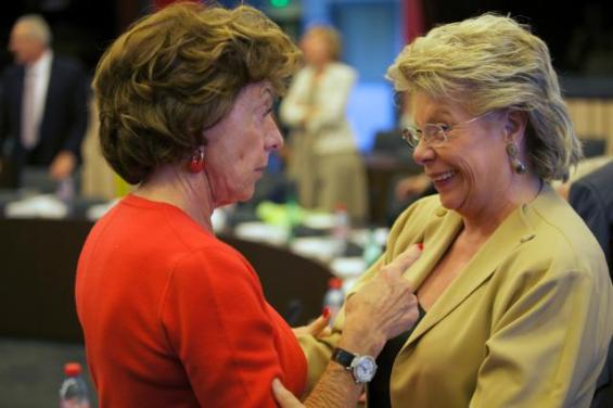 Embrace between Viviane Reding,  Commissioner responsible for Justice, on the right, and Neelie Kroes, Commissioner  in charge of Digital Agenda (EC Audiovisual Services, 1/07/2014)