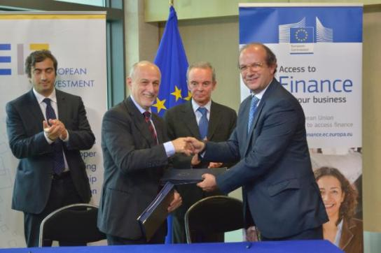 Exchange of signatures between Pierluigi Gilibert, CEO of the European Investment Fund (EIF) on the left, and Daniel Calleja Crespo, Director General of DG Enterprise and Industry of the EC in the presence of Marco Peronaci, Deputy Permanent Representative of Italy to the EC, 1st from the left, and Ferdinando Nelli Feroci, Vice President designate of the EC in charge of Industry and Entrepreneurship 2nd from the right. (EC Audiovisual Services 22/7/2014).