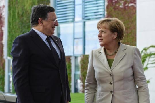 Discussion between Angela Merkel, on the right, and José Manuel Barroso during the Western Balkans Summit (EC Audiovisual Services, 28/08/2014)