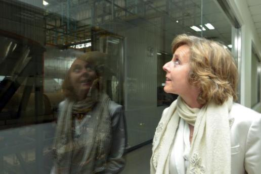 Connie Hedegaard, EU Commissioner for Climate Action,  looking through a window during her visit to China last April to monitor developments in EU-China Climate Action. The Commissioner is struggling to see what is out of the window but she cannot escape seeing herself. Oil sands case needs certainly some endoscopy.
