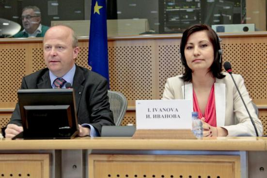 "Iliana Ivanova (on the right), the ECA member responsible for auditing of the Youth Guarantee project and the drafting of the report entitled ""Young and unemployed in Europe: obstacles ahead for the EU's Youth Guarantee"". (ECA Audiovisual Services, Copyright: EU)"