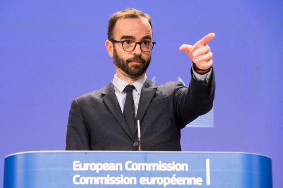Press conference ahead of the ninth round of the EU/United States Transatlantic Trade and Investment Partnership (TTIP) negotiations. In the photo pointing the finger there is Mr Daniel Rosario, EC's Spokesperson for Agriculture and Rural Development; and Trade (EC Audiovisual Services, 17/04/2015).