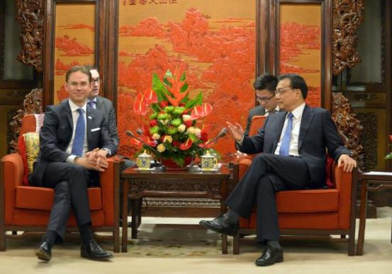 Jyrki Katainen, Vice-President of the European Commission in charge of Jobs, Growth, Investment and Competitiveness (on the left) went to Beijing and was received by the Chinese Premier of the State Council Li Keqiang (on the right). Katainen traveled to Beijing to participate in the EU/China High Level Economic and Trade Dialogue, together with Günther Oettinger, Member of the Commission in charge of Digital Economy and Society, and Violeta Bulc, Member of the EC in charge of Transport. Jyrki Katainen and Ma Kai, Chinese Vice-Premier, then gave a joint press conference. (EC Audiovisual Services, 28/09/2015, Location: Beijing – Zhongnanhai).