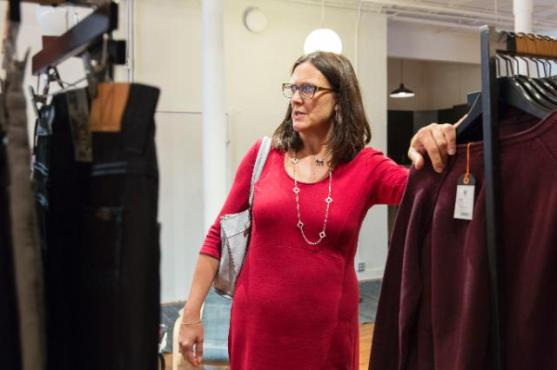 "Cecilia goes ""shopping"" in America. Mrs Cecilia Malmström, Member of the EC in charge of Trade, travelled to New York to visit a few European SMEs, including Solstiss, a high-end lace manufacturer, as well as Nudie Jeans. Photo taken during the recent visit of the Commissioner responsible for Trade to the United States (EC Audiovisual Services, 25/09/2015)."