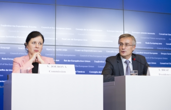 Vera Jourova, European Commissioner for Justice (on the left) and Felix Braz, Minister of Justice of Luxembourg holding a Press conference after the Justice and Home Affairs EU Council meeting on 8-9 October in Luxembourg. The former represents the will of the Brussels Commission and the latter holds the rotating Presidency of this Council, authentically representing the 28 EU governments. (European Council – Council of the European Union, 09/10/2015).