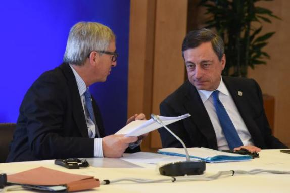 Discussion between Mario Draghi, President of the European Central Bank (ECB), on the right, and Jean-Claude Juncker. Prsident of the European Commission. Location: Brussels - Council/Justus Lipsius. © European Union, 2015 / Source: EC - Audiovisual Service / Photo: Etienne Ansotte.