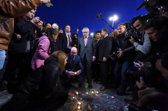 Jean-Claude Juncker, President of the European Commission, paid tribute to the victims of the terrorist attacks in Brussels, together with Charles Michel, Belgian Prime Minister (kneeling). (Date: 22/03/2016. Location: Brussels – Beursplein, © European Union, 2016 / Source: EC - Audiovisual Service / Photo: Etienne Ansotte).