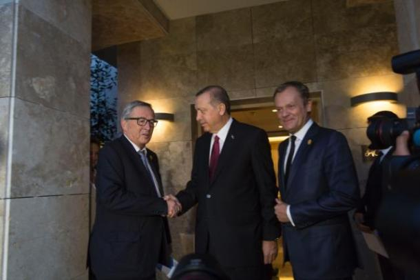G20 Summit in Turkey. Handshake between Recep Tayyip Erdogan, President of Turkey, in the centre, and Jean-Claude Juncker, President of European Commission on the left, in the presence of Donald Tusk, President of European Council. Date: 16/11/2015. Location: Antalya, Turkey. © European Union, 2015 / Source: EC - Audiovisual Service / Photo: Johanna Leguerre.