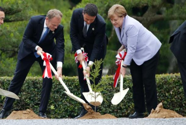 Italian Prime Minister Matteo Renzi, German Chancellor Angela Merkel (on the right) and Donald Tusk European Council President (on the left), all shoveling soil at the foot of a small tree. However the tree was not planted on European soil. The planting took place on the occasion of the G7 Summit, which was held in Ise, Japan. Date: 26/05/2016. Location: Ise - Grand Shrine. © European Union, 2016 /Source: EC - Audiovisual Service / Photo: Ken Shimizu.