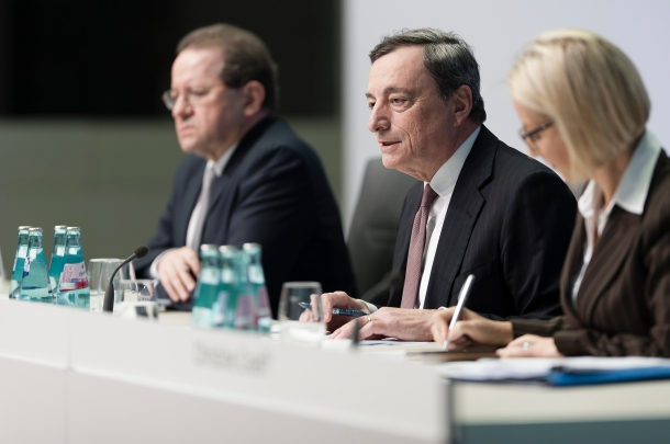 From left to right. Vítor Constâncio, Vice-President of ECB, Mario Draghi, President of ECB, Christine Graeff, Director General Communications ECB. Draghi explained the Governing Council's latest monetary policy decisions and answered questions from journalists at a press conference on 19 January 2017 in Frankfurt am Main. (ECB Audiovisual Services. Some rights reserved).