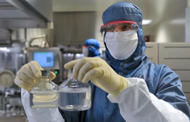 Un employé spécialisé l'Immunoglobuline travaillant dans un laboratoire