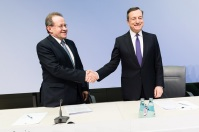Mario Draghi, President of the ECB (on the right), bits farewell to Vítor Constâncio, the Portuguese Vice-President of ECB, who is to be succeeded by the Spaniard Luis de Guindos in the Vice Presidency. ECB Press conference of 26 April in Frankfurt am Main. ECB work, some rights reserved.