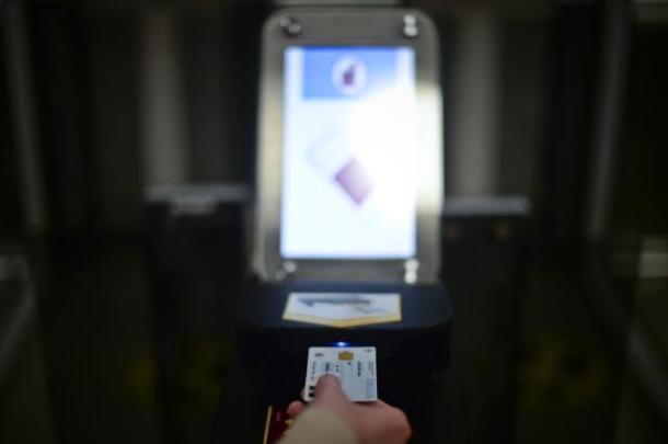 Un carte d'identité dans la borne automatique de contrôle eGate